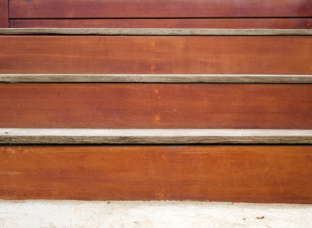 Vista frontale di vecchie scale di legno marrone