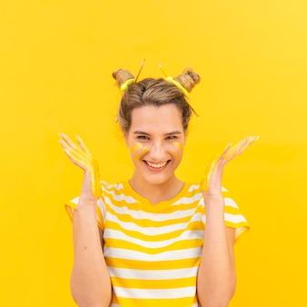 Vista frontale donna con palme dipinte