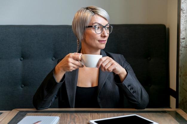 Vista frontale donna d'affari in pausa