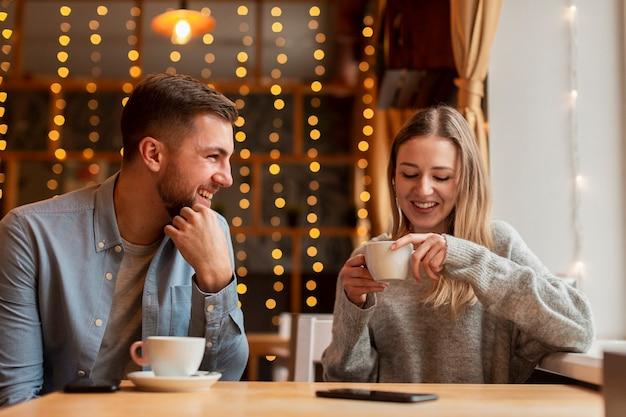 Vista frontale donna e uomo al ristorante