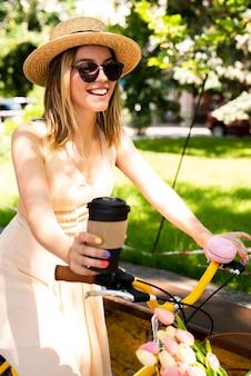 Vista frontale donna in sella a una bicicletta