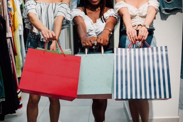 Vista frontale donne con borse della spesa