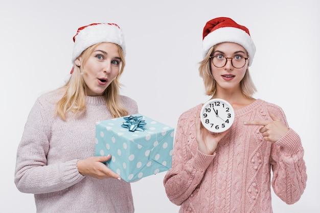 Vista frontale donne in abbigliamento invernale