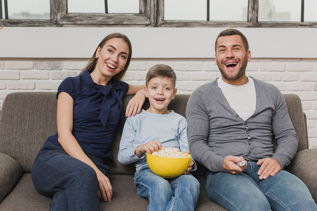 Vista frontale famiglia felice coperta