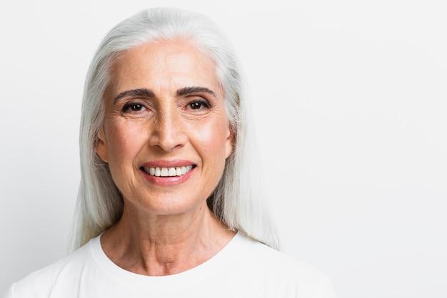 Vista frontale felice donna senior
