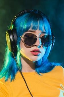 Vista frontale femminile dj con occhiali da sole