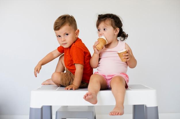 Vista frontale fratelli con gelato