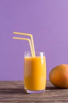 Vista frontale frullato e mango