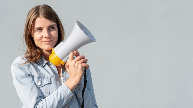 Vista frontale giovane donna con megafono