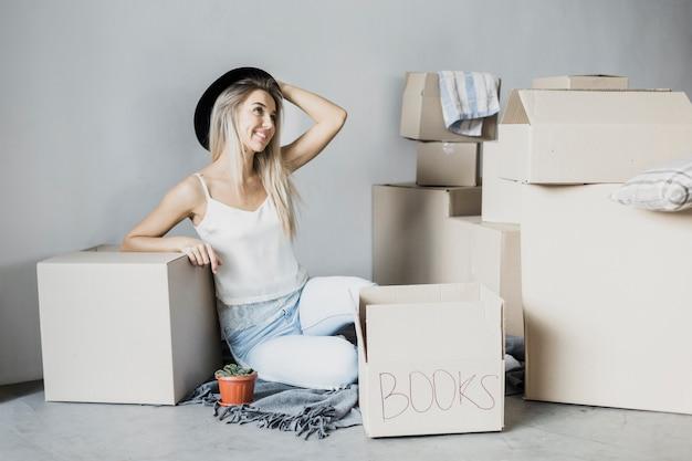 Vista frontale giovane donna pronta a muoversi