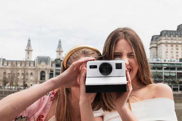 Vista frontale giovani amici scattare foto