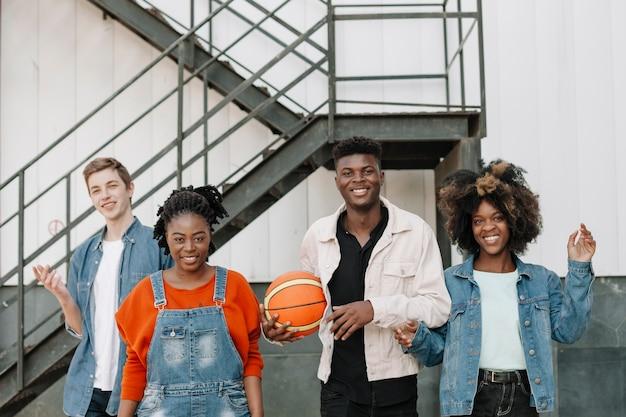 Vista frontale gruppo di adolescenti sorridenti
