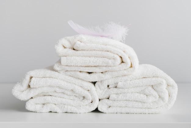 Vista frontale impilati asciugamani bianchi