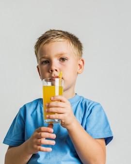 Vista frontale in possesso di un bicchiere di succo