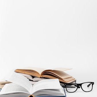 Vista frontale libri aperti con gli occhiali