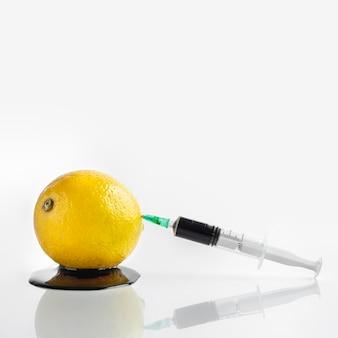 Vista frontale limone e coloranti chimici