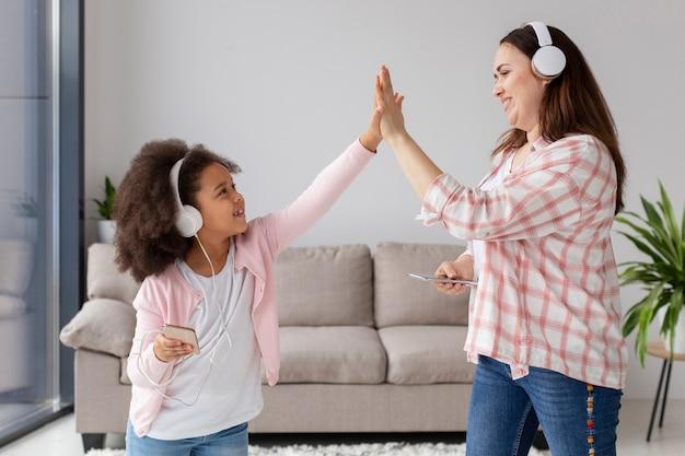 Vista frontale madre felice di essere a casa con sua figlia