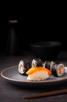 Vista frontale maki sushi con nigiri
