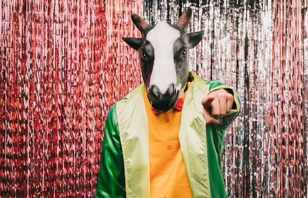Vista frontale maschio in costume da mucca