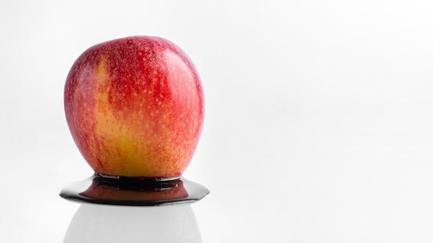 Vista frontale mela e coloranti chimici