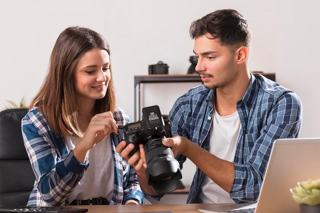 Vista frontale persone che guardano le foto sulla fotocamera