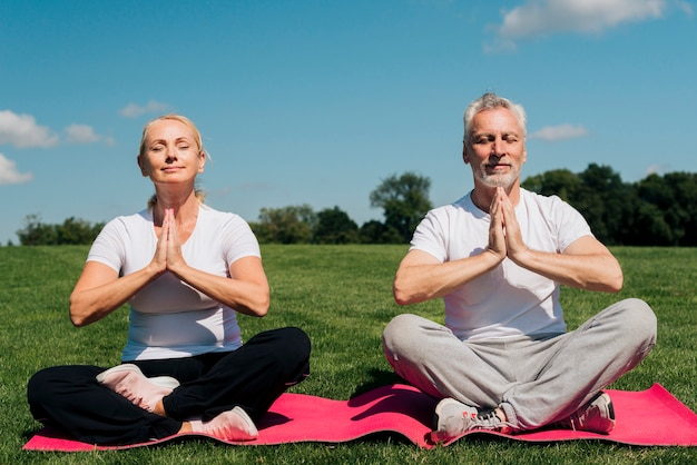 Vista frontale persone meditando insieme