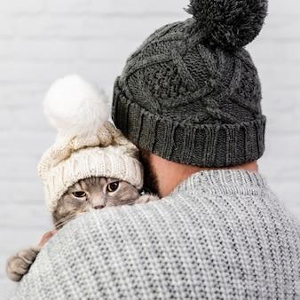 Vista frontale piccolo gattino con cappuccio in pelliccia