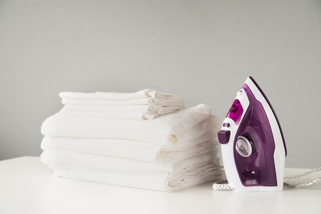 Vista frontale pila di asciugamani con ferro