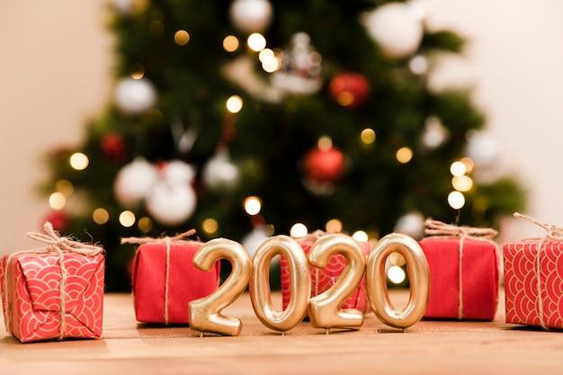 Vista frontale regali e data di capodanno
