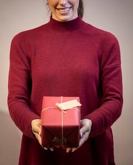 Vista frontale regalo avvolto in carta rossa