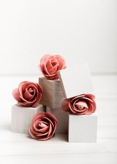 Vista frontale rose su cubi bianchi