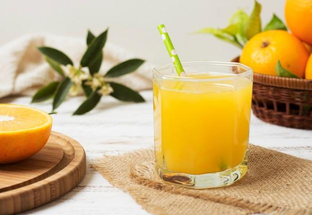 Vista frontale sana succo d'arancia fatto in casa