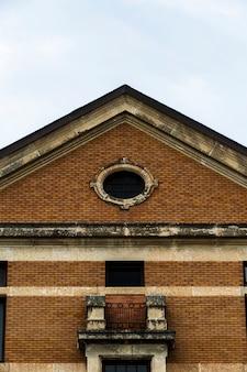 Vista frontale simmetrica vecchia costruzione di mattoni