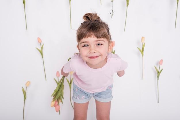 Vista frontale sorridente della giovane ragazza sveglia