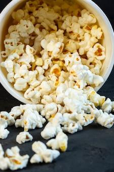 Vista frontale spruzzato popcorn da un secchio
