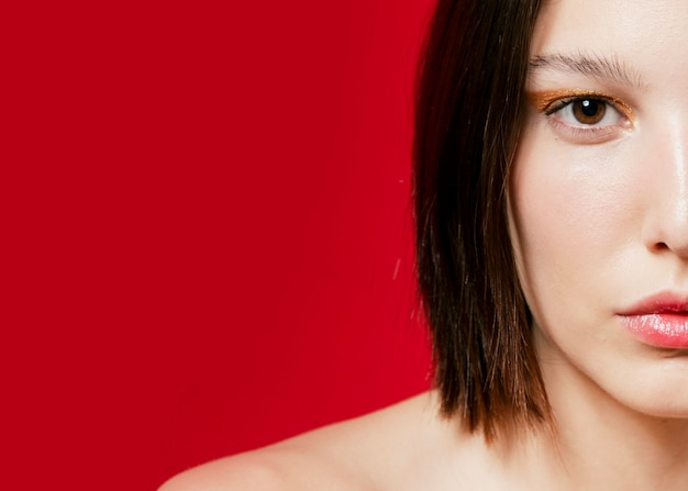 Vista frontale su mezza faccia di donna