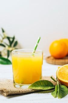 Vista frontale succo d'arancia rinfrescante fatto in casa