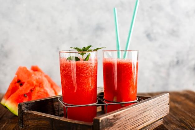 Vista frontale succo di anguria fresca fatta in casa