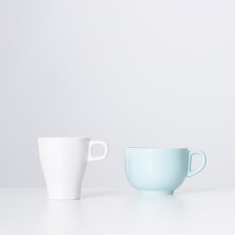 Vista frontale tazza bianca e tazza in ceramica