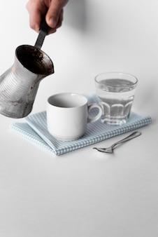 Vista frontale tazza di caffè con ketle