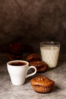 Vista frontale tazza di caffè con muffin