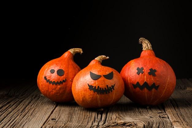Vista frontale terrificante delle zucche di halloween