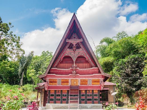Vista frontale tradizionale del villaggio tradizionale della facciata della casa di batak nel lago toba, sumatra, indonesia