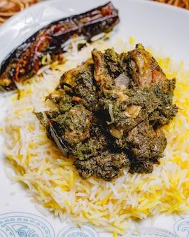 Vista frontale tradizionale pilaf syabzi azero fritto di carne con verdure e riso
