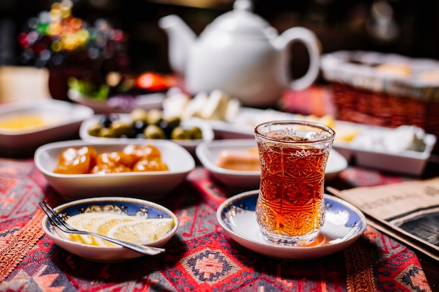 Vista frontale un bicchiere di tè in armudu con fette di limone