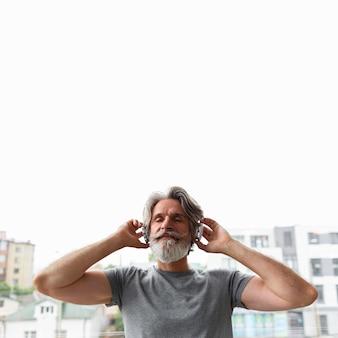 Vista frontale uomo che ascolta la musica