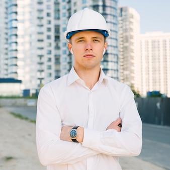 Vista frontale uomo con casco e braccia incrociate