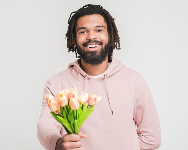 Vista frontale uomo con un mazzo di fiori
