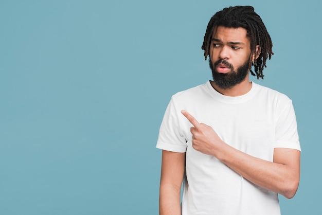 Vista frontale uomo con una maglietta bianca