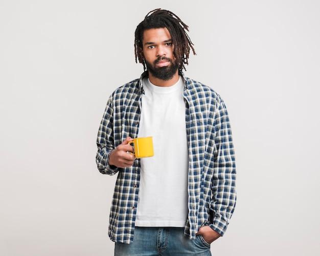 Vista frontale uomo con una tazza